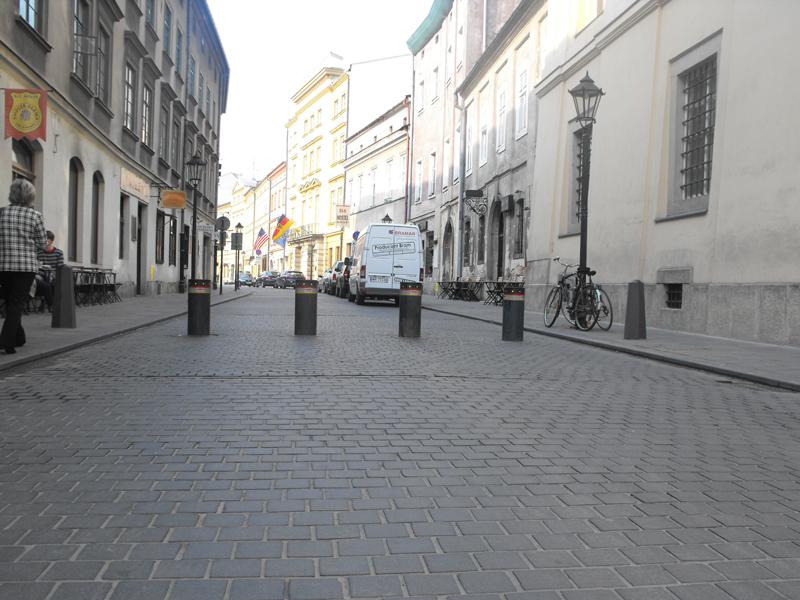 Dostawa i montaż przez firmę BRAMAR automatycznych słupków blokady wjazdu STRABUC 930 na starówce w Krakowie. Okres realizacji: 2011 r.