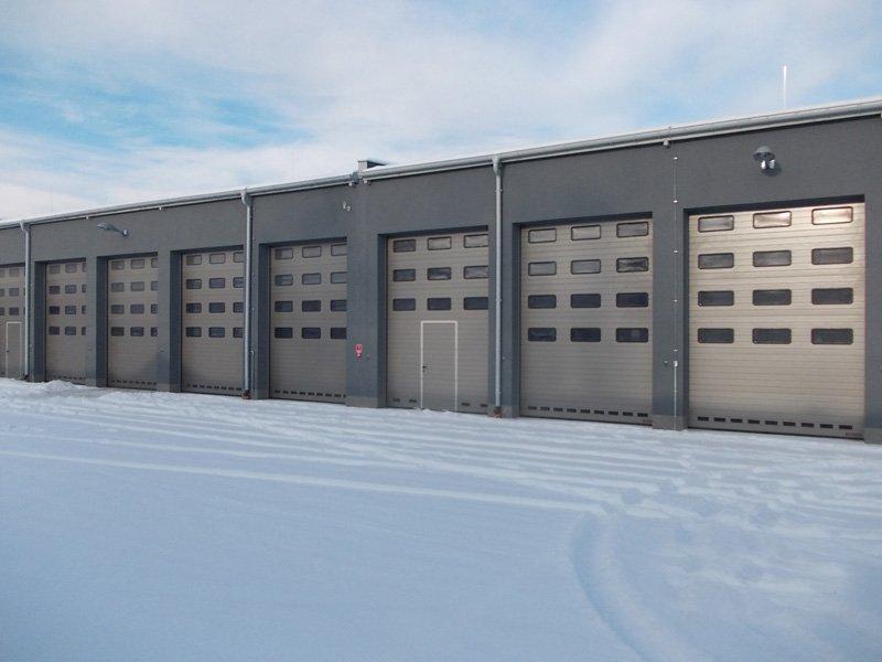 Dostawa i montaż przez BRAMAR 67 kpl. bram garażowych segmentowych wraz z napędami na terenie Jednostki wojskowej nr 4498 w Siemirowicach