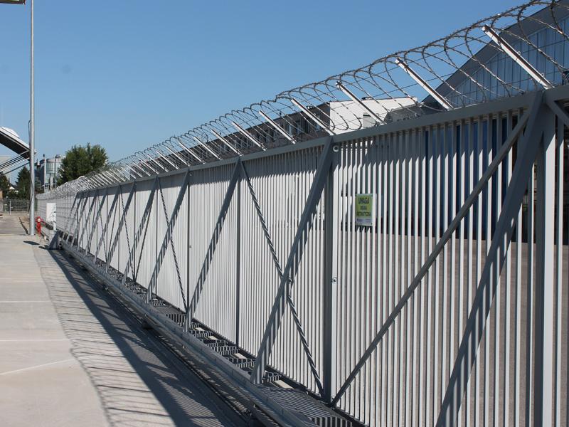 Ogrodzenia systemowe i bramy systemowe przesuwne zrealizowane przez BRAMAR dla Land Development w Warszawie