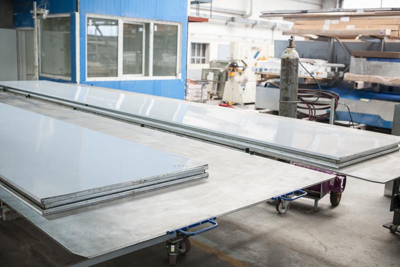 Produkcja bramy harmonijkowej - szkielet panelu w oczekiwaniu na formowanie