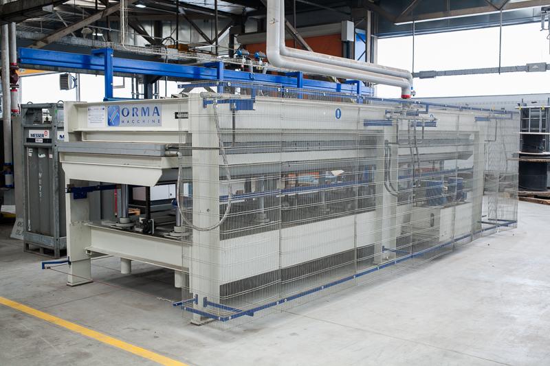 Produkcja bramy harmonijkowej - proces formowania panelu