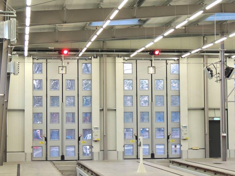 Brama harmonijkowa bez prowadnicy dolnej - realizacja firmy BRAMAR