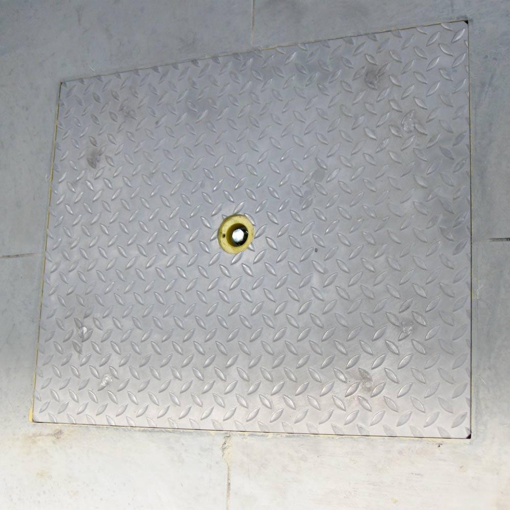 Stacja zasilania marki BRAMAR w pozycji schowanej w podłogę