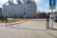 Szlaban elektromechaniczny NIUBA zabezpieczający wjazd na jedno z osiedli w centrum Radomia